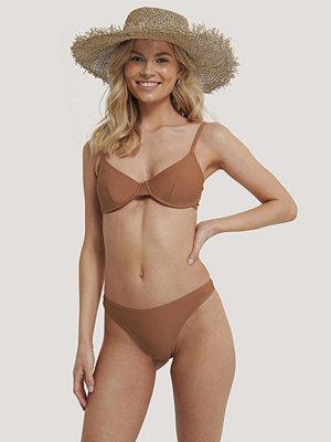 NA-KD Swimwear Högt Skuren Bikinitrosa brun