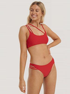 NA-KD Swimwear Bikinitrosa Med Asymmetriska Band röd