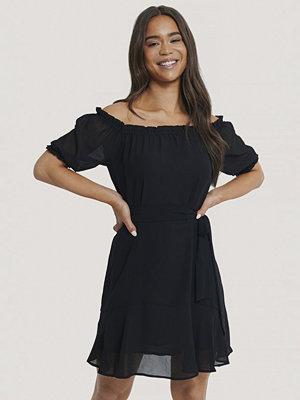 NA-KD Boho Off Shoulder-Klänning svart