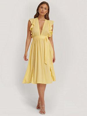 Glamorous Midiklänning Med Djup Urringning Och Volangärm gul