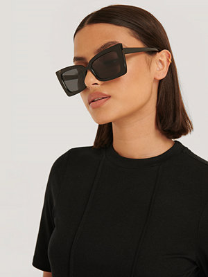 NA-KD Accessories Solglasögon Med Kantig Trapetsbåge svart