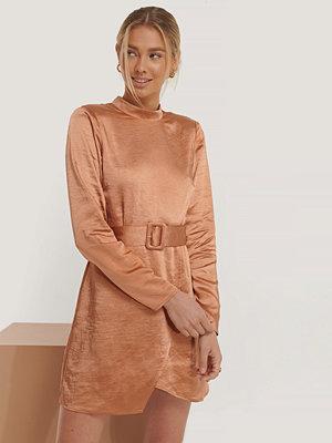 Erica Kvam x NA-KD Satinklänning Med Hög Hals orange