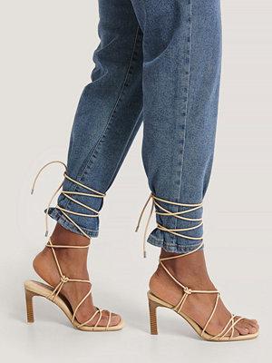 NA-KD Shoes Högklackade Med Remmar Över Vaden beige