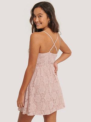 NA-KD Boho Spetsklänning Med Korslagd Rygg rosa