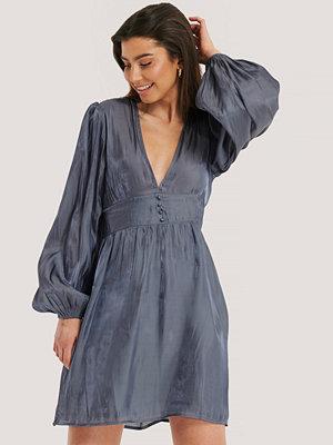 NA-KD Boho V-shape Structured Satin Dress blå