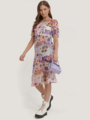 NA-KD Kortärmad Chiffongklänning vit lila
