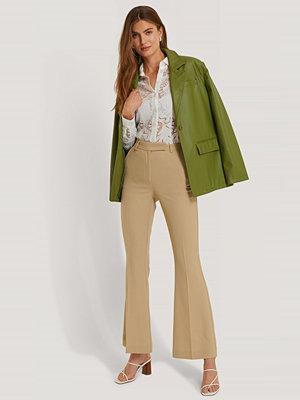 NA-KD Trend omönstrade byxor Kostymbyxa Med Veck Framtill Och Utsvängda Ben beige