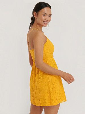 NA-KD Boho Spetsklänning Med Korslagd Rygg gul