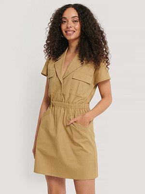 NA-KD Trend Miniklänning Med Fickdetaljer beige
