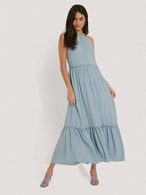 NA-KD Party Flowy Frill Maxi Dress blå