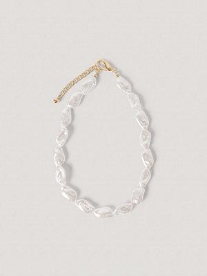 NA-KD Accessories smycke Rombformat Pärlhalsband vit