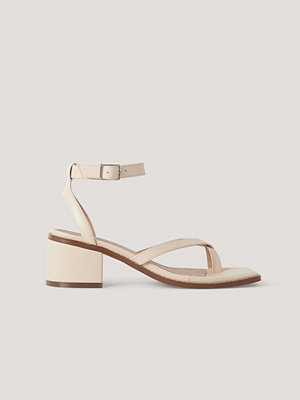Pumps & klackskor - NA-KD Shoes Sandaler Med Blockklack Och Korsade Remmar offvit