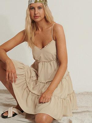 Anika Teller x NA-KD Vid Miniklänning beige