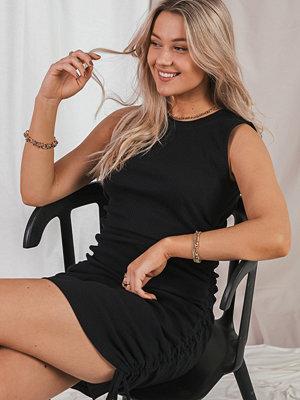Erica Kvam x NA-KD Klänning Med Dragskodetalj svart