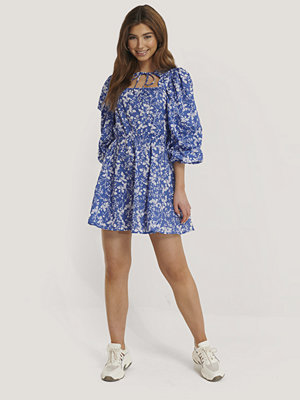 NA-KD Boho Scalloped Neckline Mini Dress blå