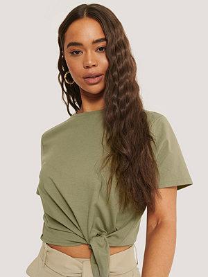 Sara Sieppi x NA-KD T-Shirt Med Knytdetalj grön