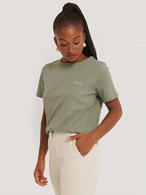 NA-KD Broderad T-Shirt grön