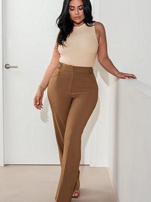 Selma Omari x NA-KD Byxor Med Veck Och Hög Midja brun omönstrade