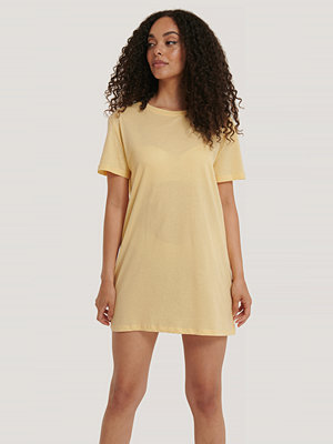 NA-KD Basic T-Shirtklänning gul