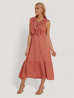 Trendyol Klänning Med Volang rosa