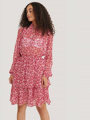 NA-KD Miniklänning Med Hög Volangkrage rosa
