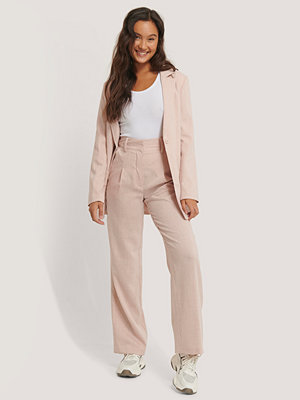 NA-KD Classic omönstrade byxor Relaxed Suit Trousers rosa
