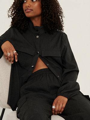 Selma Omari x NA-KD Skjorta Med Fickdetaljer svart