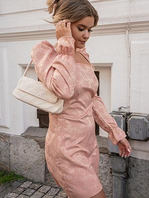Misslisibell x NA-KD Jacquardklänning rosa