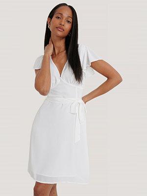 NA-KD Volangklänning Med Detaljer Baktill vit