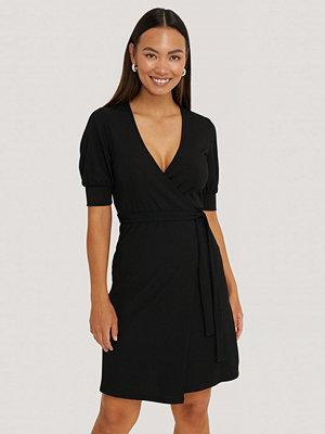 NA-KD Miniklänning I Omlottmodell Med Puffärmar svart