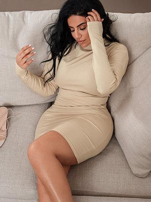 Selma Omari x NA-KD Jersey-Klänning Med Hög Hals beige