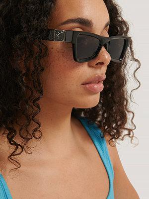 NA-KD Accessories Kantiga Solglasögon Med Sidodetaljer svart