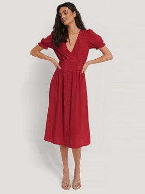 NA-KD Boho Viskosklänning Med Plisserad Midja röd