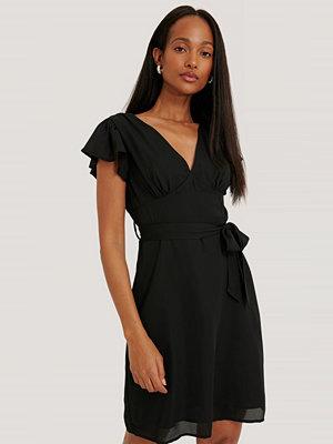 NA-KD Volangklänning Med Detaljer Baktill svart