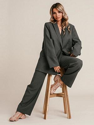 Monica Geuze x NA-KD Kostymbyxor Med Raka Ben grå mörkgrå