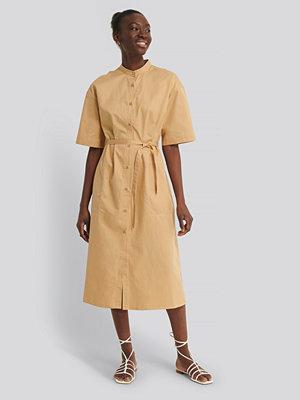 NA-KD Reborn Ekologisk Skjortklänning beige