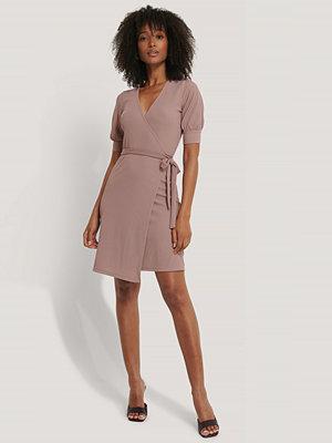 NA-KD Miniklänning I Omlottmodell Med Puffärmar rosa