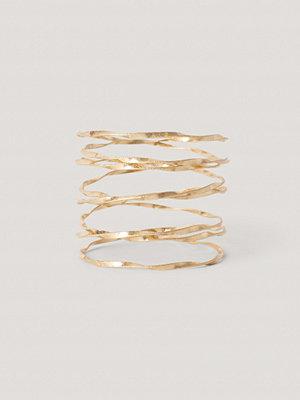 NA-KD Accessories smycke Matt, Vågig Armcuff guld