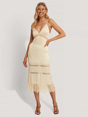Stéphanie Durant x NA-KD Lace Blocking Midi Dress beige