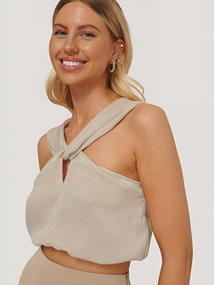 Stéphanie Durant x NA-KD Cross Knot Detail Top beige