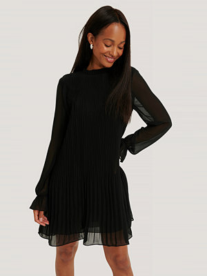 NA-KD Mini Pleated Dress svart