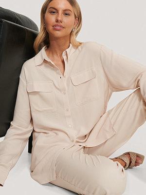Chloé B x NA-KD Oversize Skjorta Med Fickor Fram beige
