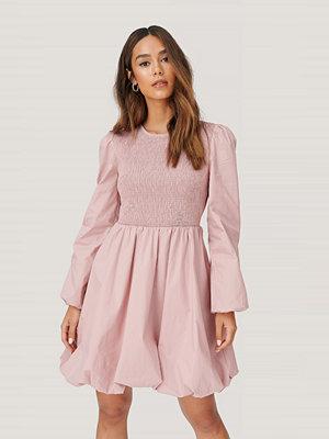 NA-KD Trend Smockklänning Med Puffärm rosa