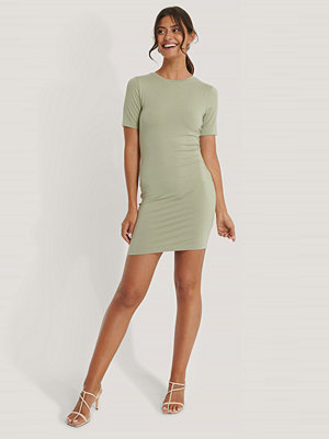NA-KD Basic Klänning Med Kort Ärm grön