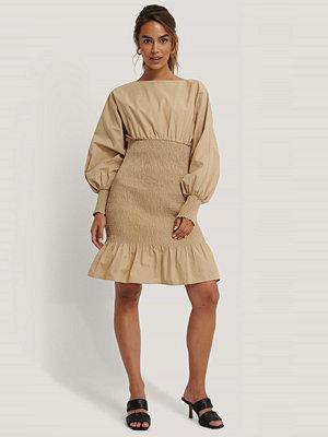 NA-KD Trend Smockklänning Med Ballongärm beige