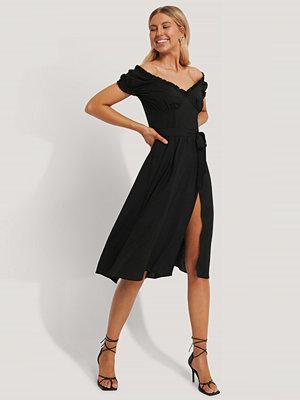 Chloé B x NA-KD Off Shoulder Midi dress svart
