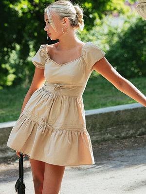 Emma Ellingsen x NA-KD Miniklänning Med Knytdetalj beige