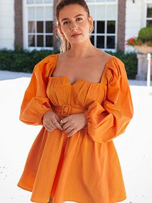 Manon Tilstra x NA-KD Klänning Med Ballongärm orange