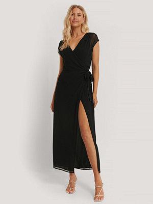 Pamela x NA-KD Reborn Recycled Omlottklänning svart