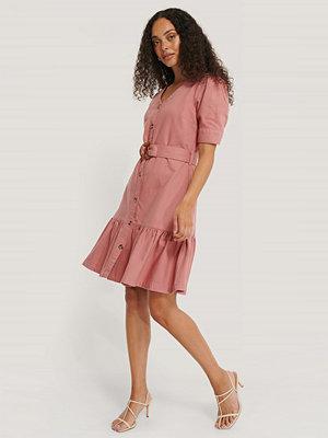 NA-KD Denimklänning Med Bälte Och Puffärmar rosa
